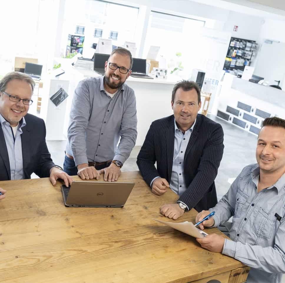 vier Männer von technocycle an einem Tisch